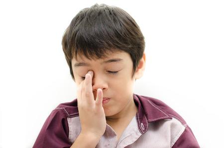 ojos llorando: Dolor del niño pequeño con los ojos puestos en el dedo sobre fondo de color blanco