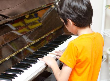 tocando piano: ni�o tocando el piano