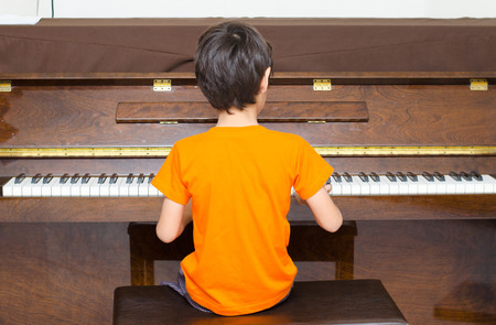 little boy playing piano Banque d'images