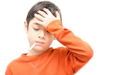 Kleine zieke jongen met de temperatuur in de mond op een witte achtergrond