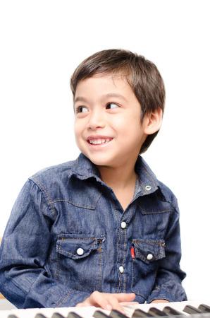 Prodigy: Mały chłopiec bawi się klawiatura na białego tła