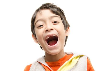 Kleine jongen lacht wijd open mond tonen zijn tandeloze op een witte achtergrond