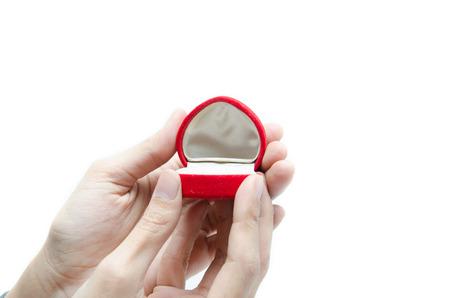 anillos de matrimonio: Caja del anillo Emptu Mano de la mujer que sostiene en el fondo blanco Foto de archivo
