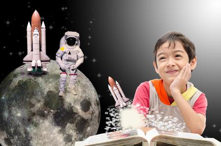 Kleine jongen dromen over zijn toekomst uit de ruimte Stockfoto