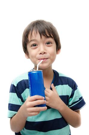 Kleine jongen het drinken van frisdrank kan op een witte achtergrond Stockfoto