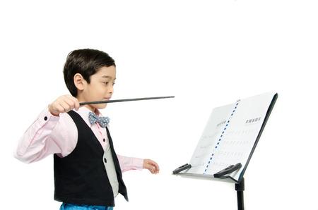 Jongetje pretenderen als dirigent leider op een witte achtergrond