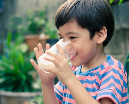 ni�os sanos: Littl leche de consumo del muchacho en el estilo Vintage Park
