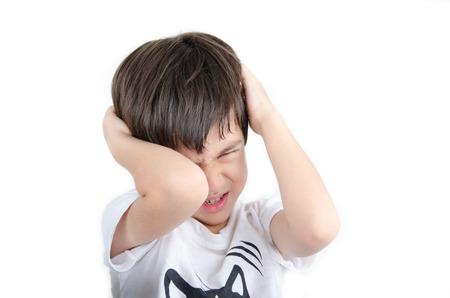 bebe enfermo: El niño pequeño asiático tiene dolor de cabeza en el fondo blanco Foto de archivo