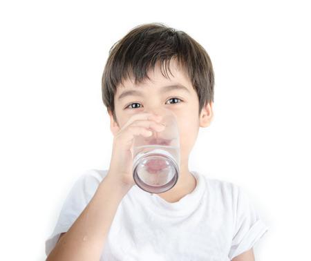 vasos de agua: peque�o muchacho asi�tico bebe el agua de un vaso