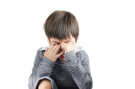Kleine jongen pijn zijn ogen zet vinger in op witte achtergrondgeluid