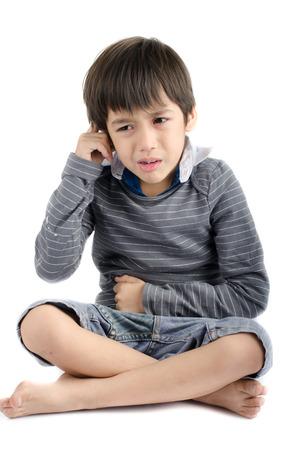흰색 배경에 격리 우는 어린 소년의 고통을 자신의 귀 스톡 콘텐츠