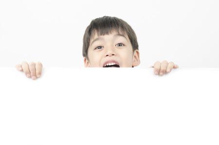 Kleine jongen met verrassing gezicht achter het whiteboard Stockfoto
