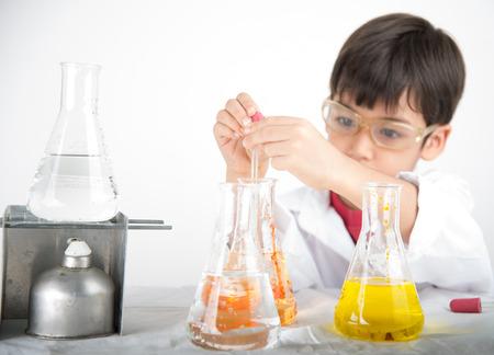 aprendizaje: Niño pequeño aprendizaje en chemecal en la ciencia en clase