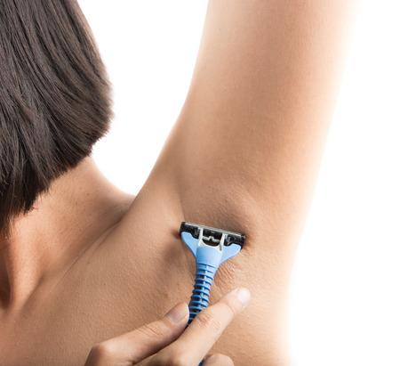 Close-up van middelbare leeftijd vrouw snijden okselhaar Stockfoto