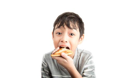 comiendo pan: Poco sándwich chico comiendo en el fondo blanco