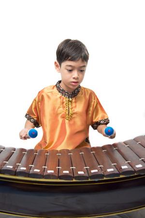 xilofono: Ni�o peque�o aprendiendo xil�fono instument tailand�s, Ranat,
