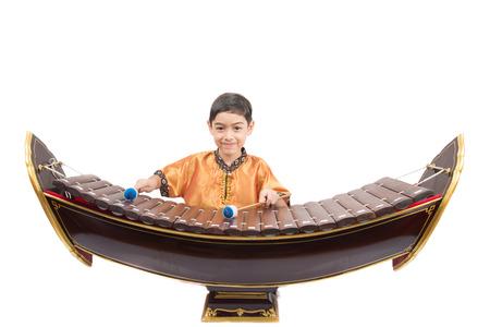xilofono: Niño pequeño aprendiendo tailandesa instument xilófono clásica