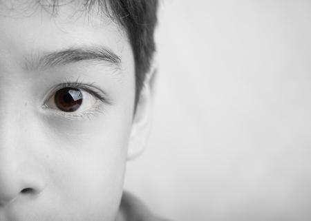 hombre pobre: Cierre de ojos de colores planos del muchacho blanco y negro