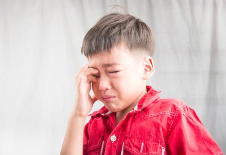 personne malade: Petit gar�on cryiing de tristesse Banque d'images