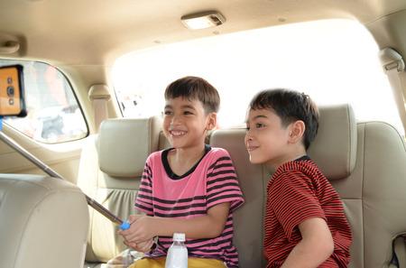 cinturón de seguridad: Niño sentado en el coche