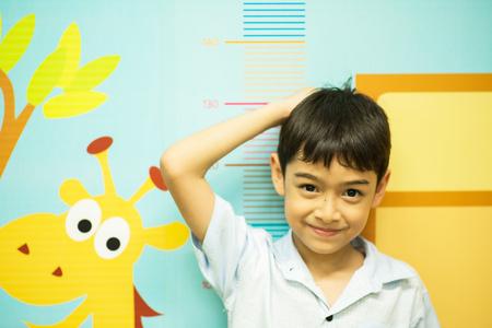 Jongetje het controleren van zijn lengte in het ziekenhuis Stockfoto - 53696900