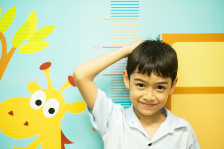 Mały chłopiec sprawdzania jego wysokość w szpitalu