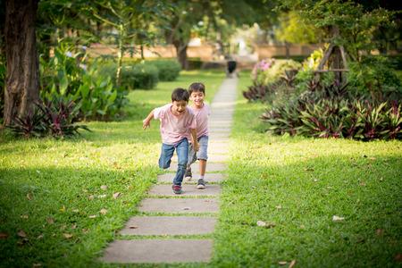 Kleine broer of zus jongen spelen samen in het park