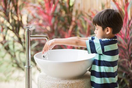 Chlapec mytí rukou
