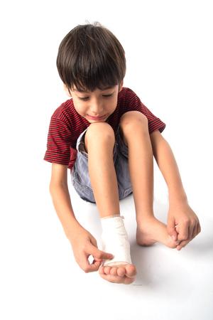 Ragazzino ha un incidente con la sua gamba bisogno benda per il pronto soccorso