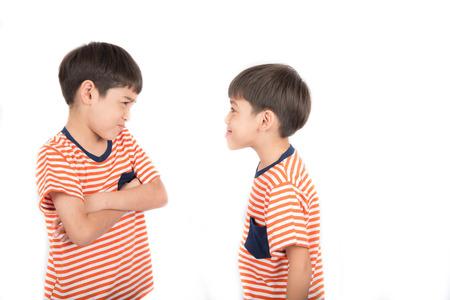 Mały chłopiec rodzeństwo brat walki na białym tle Zdjęcie Seryjne