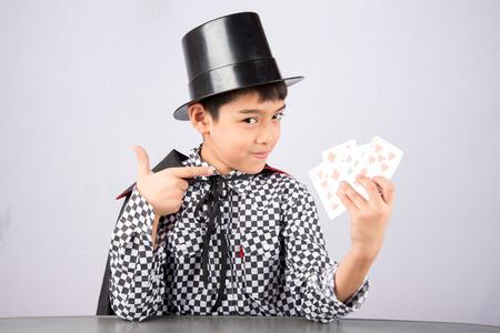 El niño pequeño fingir como un mago con el rendimiento de la diversión