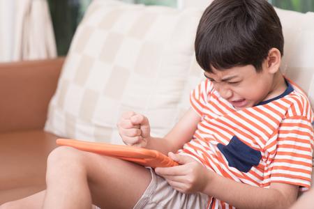 casita de dulces: Pequeño juego del juego del niño con sentimientos de enojo Foto de archivo