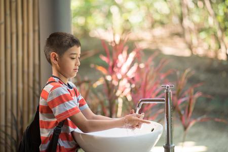 Ragazzino lavarsi le mani