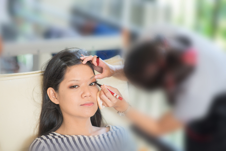 Prepare Your Skin Before Makeup Enhancing Your Eyes Using an eyeliner, line your upper waterline and the outer corners Standard-Bild