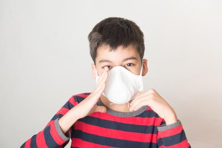 Little boy using Dust Respirator Folding Protection Mask PM2.5 Ear Head Hang Standard-Bild - 117270431