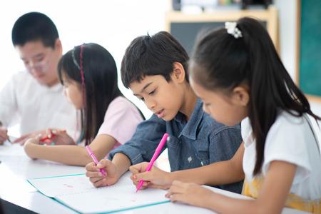 Gruppe von Schülern lernt Mathe mit Lehrer im Klassenzimmer