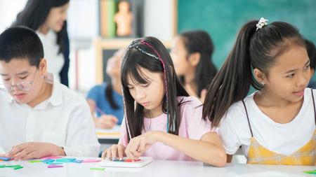 Grupa uczniów studiuje matematykę z nauczycielem w klasie Zdjęcie Seryjne