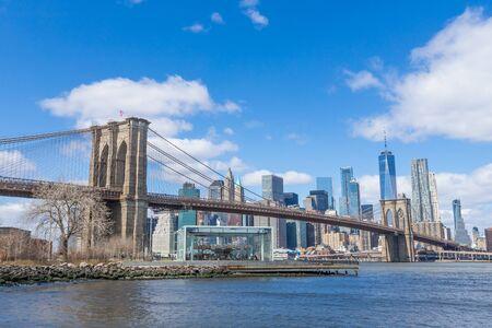 Brooklyn Bridge met Manhattan downtown en Cityscape op zonnige dag met heldere blauwe hemel New York USA