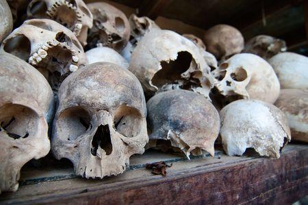 プノンペン、カンボジアの外キリング フィールドで仏塔で休んで拷問の犠牲者の頭骨。