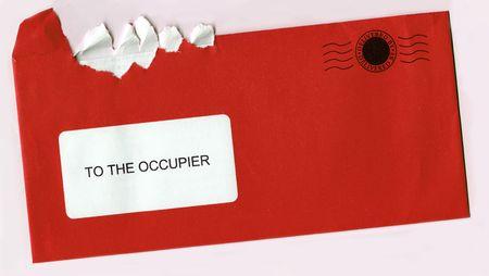 Abrir desgarrado Sobre Con Sello postal - Red concepto Carta d�as Foto de archivo - 2341324