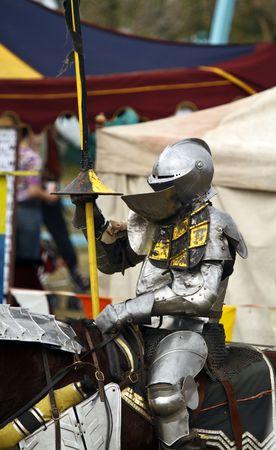 Ridder in armor bereidt zich voor op de joust