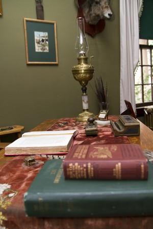 Verschillende objecten op een bureau van het oude westen  Stockfoto