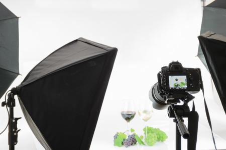 fotocamera reflex professionale su un treppiede prende un colpo in studio.