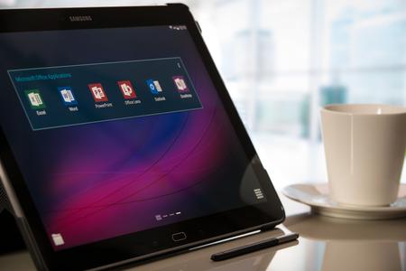 logo samsung: Krynica, Ba Lan - 19 tháng mười hai năm 2016 - ứng dụng Microsoft Office trên Samsung Galaxy Lưu ý Pro 12.2. Microsoft Office là một bộ phần mềm văn phòng của các ứng dụng, máy chủ và các dịch vụ phát triển bởi Tập đoàn Microsoft. biên tập