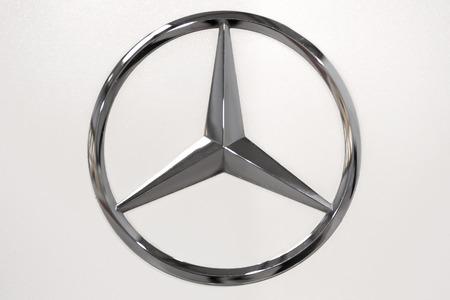 Krakow, Polen - 23 februari 2017: Mercedes Benz teken close-up tijdens Mobile-IT-tentoonstelling. Mercedes is een Duitse fabrikant van luxe auto's.