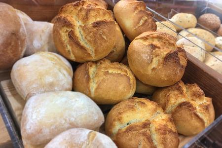 Différents types de petits pains frais et croustillants de la boulangerie à vendre dans le magasin