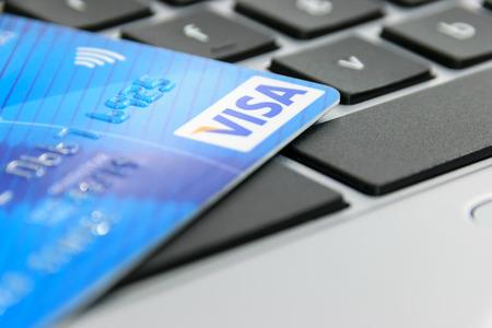 クルィニツァ ズドルイ, ポーランド-2017 年 4 月 20 日: ビザ クレジット カード ビザ社のオンライン決済の概念はアメリカの多国籍金融サービス株式