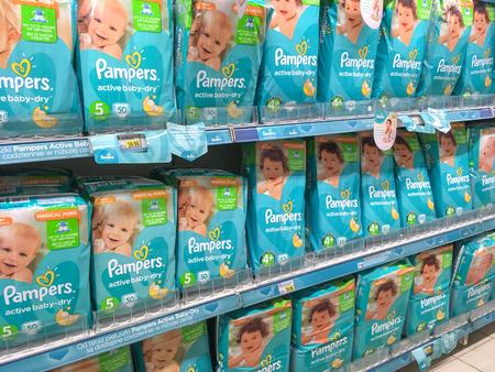Nowy Sacz, Polen - 26 april 2017: Verschillende soorten Pampers worden baby-dry actief door Procter & Gamble Co. en worden te koop aangeboden in E.leclerc Supermarket. Redactioneel