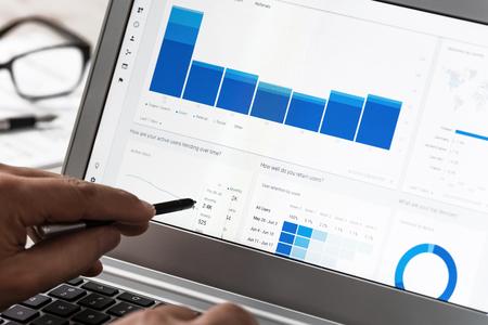 Krynica-Zdroj, Pologne - 11 juillet 2017: Homme d'affaires utilisant Google Analytics au bureau sur l'écran tactile de son ordinateur portable. Google Analytics est l'application la plus célèbre pour l'analyse avancée du trafic Web dans le monde Banque d'images - 81985264