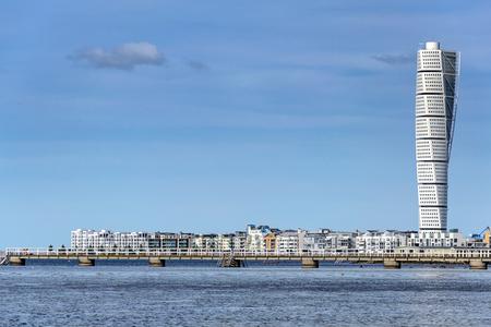 Malmö, Zweden - 22 juli 2017: Het westelijke havengebied met de draaiende wolkenkrabber van Torso in Malmö.